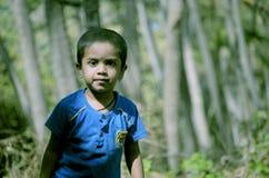 Jongen die zich in kokosnotenpark bevinden stock foto's