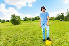 Jongen die zich met voetbalbal bevinden Stock Afbeelding