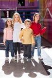 Jongen die zich met Vrienden in Kleuterschool bevinden stock fotografie
