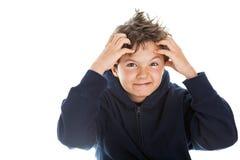 Jongen die zijn hoofd krassen Stock Foto
