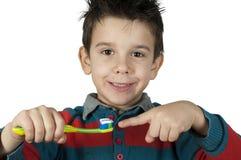 Jongen die zijn tanden borstelen stock afbeeldingen
