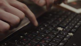 Jongen die zwart toetsenbord van notitieboekje gebruiken Gebroken sleutels schrijvende tekst apparaat moving tapping stock video