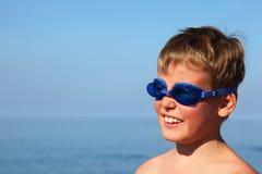 Jongen in donkerblauwe glazen voor het zwemmen Stock Afbeelding