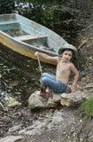 Jongen door boot op meer Royalty-vrije Stock Foto