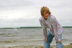 Jongen door de kust Stock Afbeelding