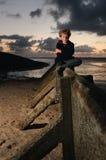Jongen door Overzees royalty-vrije stock afbeelding