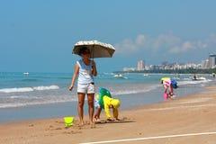 Jongen door overzees strand royalty-vrije stock afbeeldingen