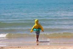 Jongen door overzees strand royalty-vrije stock afbeelding