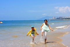 Jongen door overzees strand stock foto's