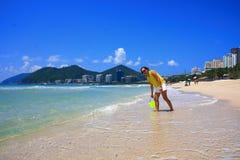 Jongen door overzees strand royalty-vrije stock foto's