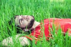 Jongen in een gras Royalty-vrije Stock Fotografie