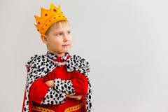 Jongen in een koningskostuum stock afbeelding