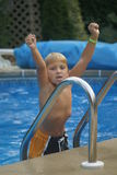 Jongen in een pool Stock Foto's