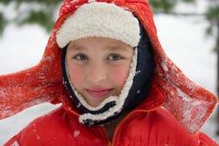 Jongen in een sneeuwdag Stock Foto's