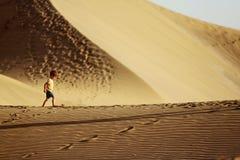 Jongen in een woestijn stock afbeelding