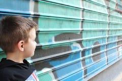Jongen in een zwarte sweater over graffiti Royalty-vrije Stock Foto