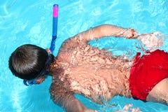 Jongen in een zwembad Stock Foto