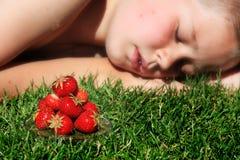 Jongen en aardbeien Stock Foto