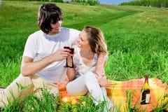 Jongen en aardig meisje met wijnglazen Stock Afbeelding