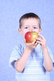 Jongen en appel Royalty-vrije Stock Foto's