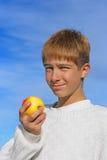 Jongen en appel Stock Fotografie