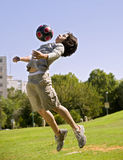 Jongen en bal stock fotografie