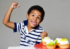 Jongen en cakes Stock Fotografie