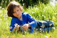 Jongen en de bloem Stock Fotografie