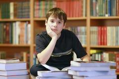Jongen en de boeken stock afbeeldingen
