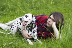Jongen en de Dalmatische hond Stock Fotografie