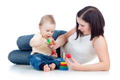Jongen en de moeder die van de baby samen de spelen royalty-vrije stock fotografie