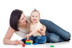 Jongen en de moeder die van de baby samen de spelen stock fotografie