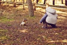 Jongen en eekhoorn Royalty-vrije Stock Afbeeldingen