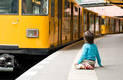 Jongen en een gele trein Royalty-vrije Stock Foto's