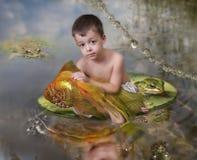 Jongen en een goudvis royalty-vrije stock afbeelding