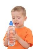 Jongen en fles water stock afbeelding