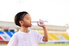 Jongen en fles water stock foto