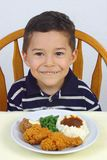 Jongen en gebraden oude kippendiner 5 jaar royalty-vrije stock foto's