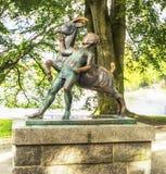 Jongen en geitbeeldhouwwerk (1925) Het Beeldhouwwerk van Stavanger, Noorwegen van een jongen en een geit in stadspark van Stavang Royalty-vrije Stock Afbeeldingen
