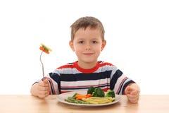 Jongen en gekookte groenten royalty-vrije stock afbeeldingen
