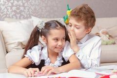 Jongen en girl do tasks samen royalty-vrije stock fotografie