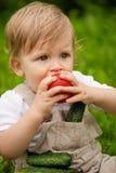 Jongen en groenten Stock Afbeeldingen