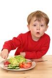 Jongen en groenten stock foto's
