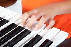 Jongen en het toetsenbord Royalty-vrije Stock Afbeelding