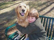 Jongen en hond op bank Royalty-vrije Stock Fotografie