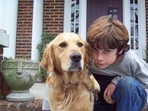 Jongen en hond op portiek Royalty-vrije Stock Foto's