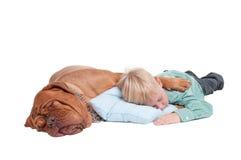 Jongen en hond in slaap op de vloer Stock Foto's