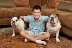 Jongen en Honden Stock Foto's