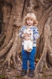 Jongen en konijn Stock Foto's