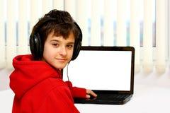Jongen en laptop Stock Afbeelding